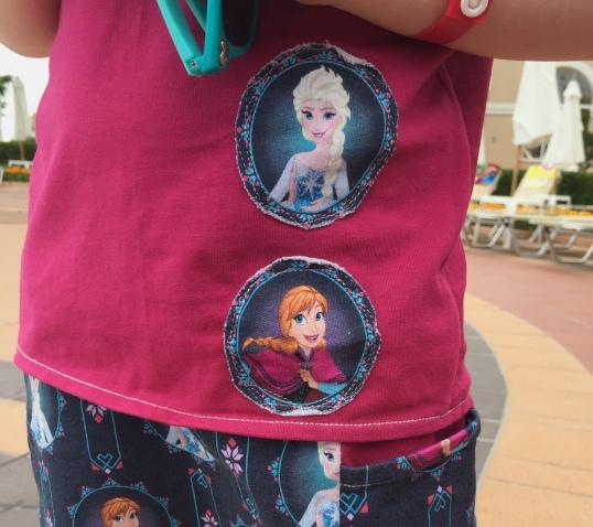 Anna und Elsa Applikation auf dem T-Shirt